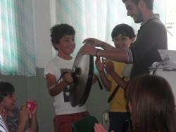 Un niño aprende a tocar la percusión